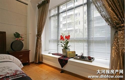 飘窗是以墙体为参照向外扩展60cm-70cm的宽度,窗户一般呈矩形或梯形向室外凸起。飘窗不像传统的平窗只有一面是玻璃,它三面都可以装玻璃,最大限度地享受阳光、通风。本期编辑整理了10套飘窗设计的简单方案,业主自己动手装修也不会觉得很难。   我们所说的飘窗通常分为三种:一种是落地窗;一种高度40cm-50cm;还有一种高度在70cm-80cm。根据飘窗的高度合理利用,能为居室带来意想不到的效果。       如果客厅不大,就把飘窗改造成一个小小的娱乐休闲室吧。其实,只要在飘窗中间摆一个刻有棋盘的小茶几,左