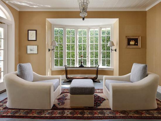 大面積的木框窗戶不但保證客廳有充足的采光,而且讓空間看起來更加
