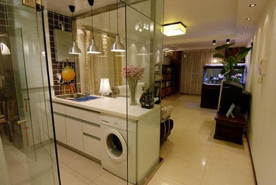 厨房隔断除了可以使用一般的推拉门外,不少人喜欢使用玻璃门作为厨房隔断,一方面阻断了油烟,其次又能让空间看起来更大,为厨房和客厅增加透光度。下面一起来看看厨房隔断玻璃门设计吧。      厨房隔断玻璃门设计   很多家庭为了简单都是在厨房和餐厅之间安装一道活动的玻璃门作为隔断,这样在做菜的时候把门拉过来就不会让油烟到处乱窜,对生活健康十分有益。所以在厨房和餐厅之间设置一道玻璃门作为隔断十分重要,让厨房烹饪着与餐桌的人有很好的互动。      厨房隔断玻璃门设计   如果你怕客厅经常有油烟进入,那就做一个