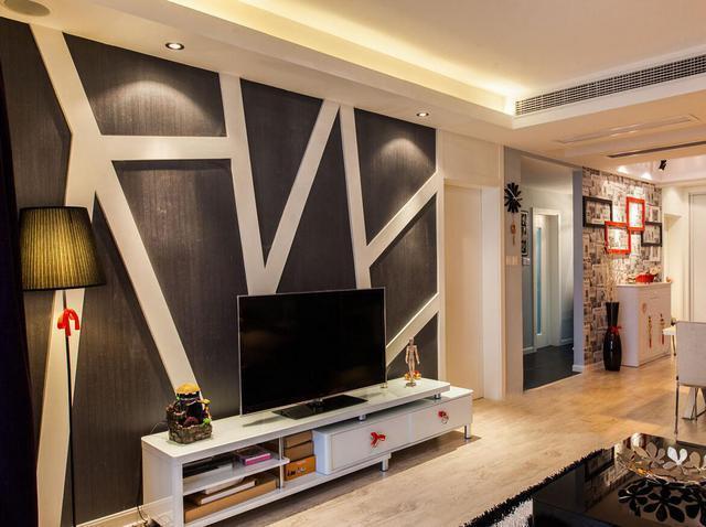 小客厅的烦恼可是真不少呀,面积、采光、收纳样样都是烦恼,但电视背景墙可不能省,大的有大的装法,小的有小的设计,这一道客厅新亮点,它在众目睽睽之下把主人的爱好、品位告诉大家。怎样按照你家的烦恼对症下药,设计出实用又有品味的电视背景墙。  如果电视墙的进深大于三米,在设计上电视墙的宽度要尽量大于深度,墙面装饰应该丰富,这样才能在整个视觉上显得饱满而不空旷。