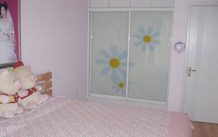 80平方米装修效果图:这是主卧的大衣柜,衣柜的推拉门花色清新,淡雅