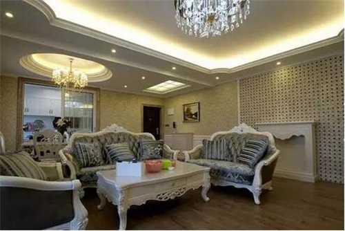 整个空间以白色为主要色调,白色的客厅茶几与银灰色的皮质沙发配合得